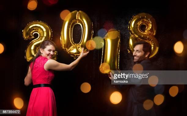 """Paar is Nieuwjaar vieren met ballon """"2018"""""""