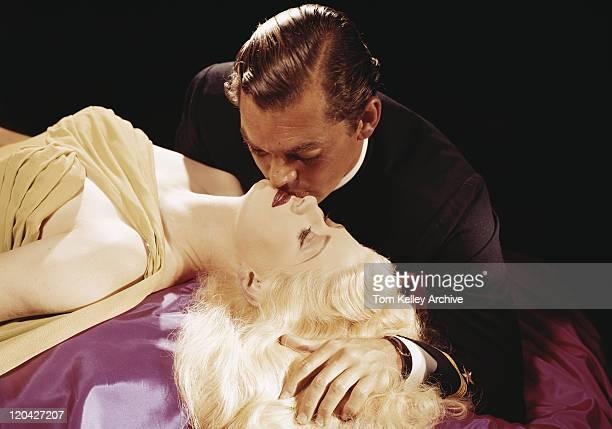 Paar Küssen auf schwarzem Hintergrund