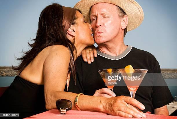 Couple Embrasser et boire des Cocktails au bord de la mer