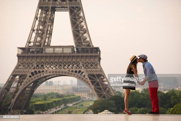 Couple Embrasser sur la tour Eiffel à Paris