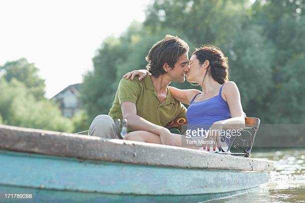 Paar Küssen im Ruderboot am See
