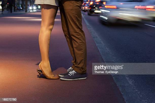 Couple embrasser dans le milieu de la Potsdamer Platz