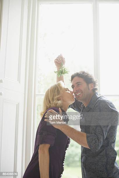 Paar Küssen unter Mistelzweig