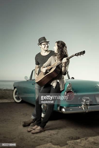 Couple de rire en Décapotable bleu