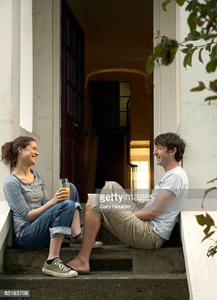 Paar Lachen von der Treppe