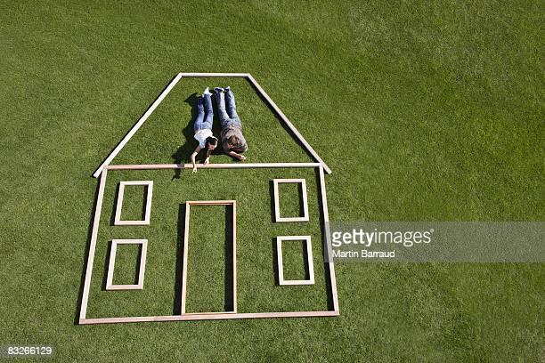 Coppia in posa all'interno di casa contorno