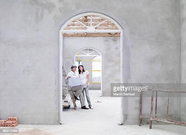 Paar Blick in die Werkzeuge für Haus im Bau