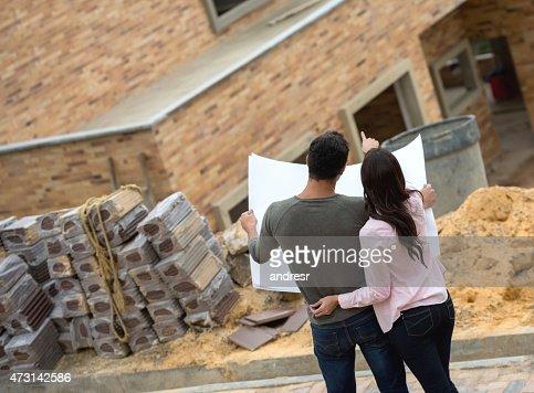 Couple à la recherche de plan de la maison