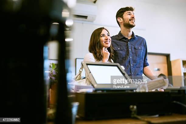 Casal olhando para café Menu