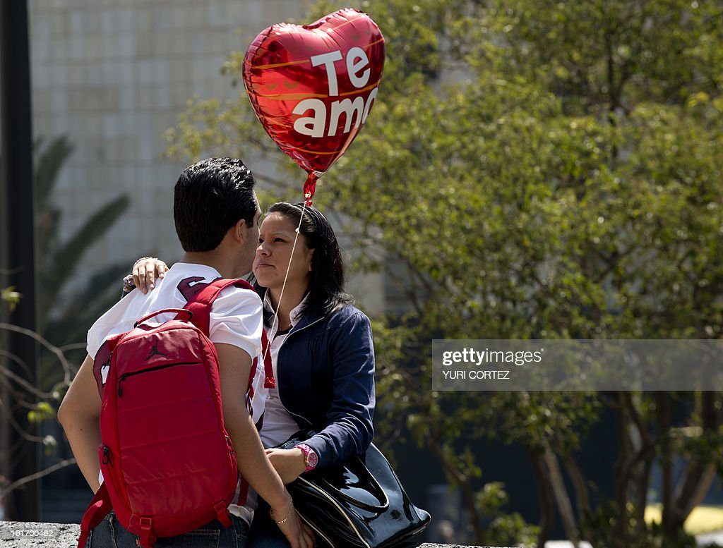 A couple looks each other in the eye on St Valentine's Day at the Republic Square in Mexico City on February 14, 2013. AFP PHOTO/Yuri CORTEZ