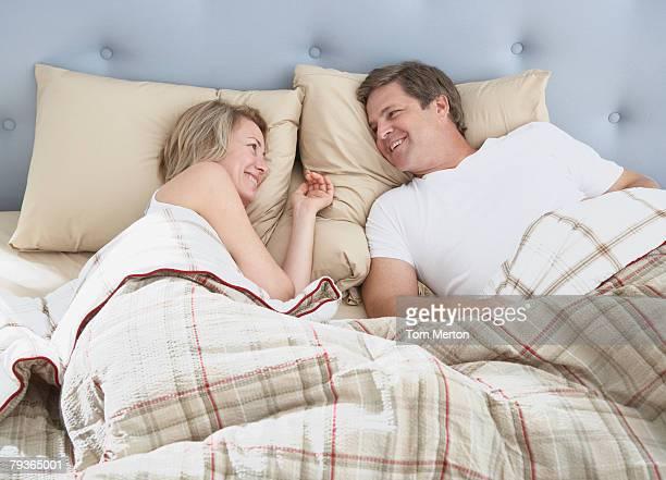 Couple Allongé sur le lit éveillée