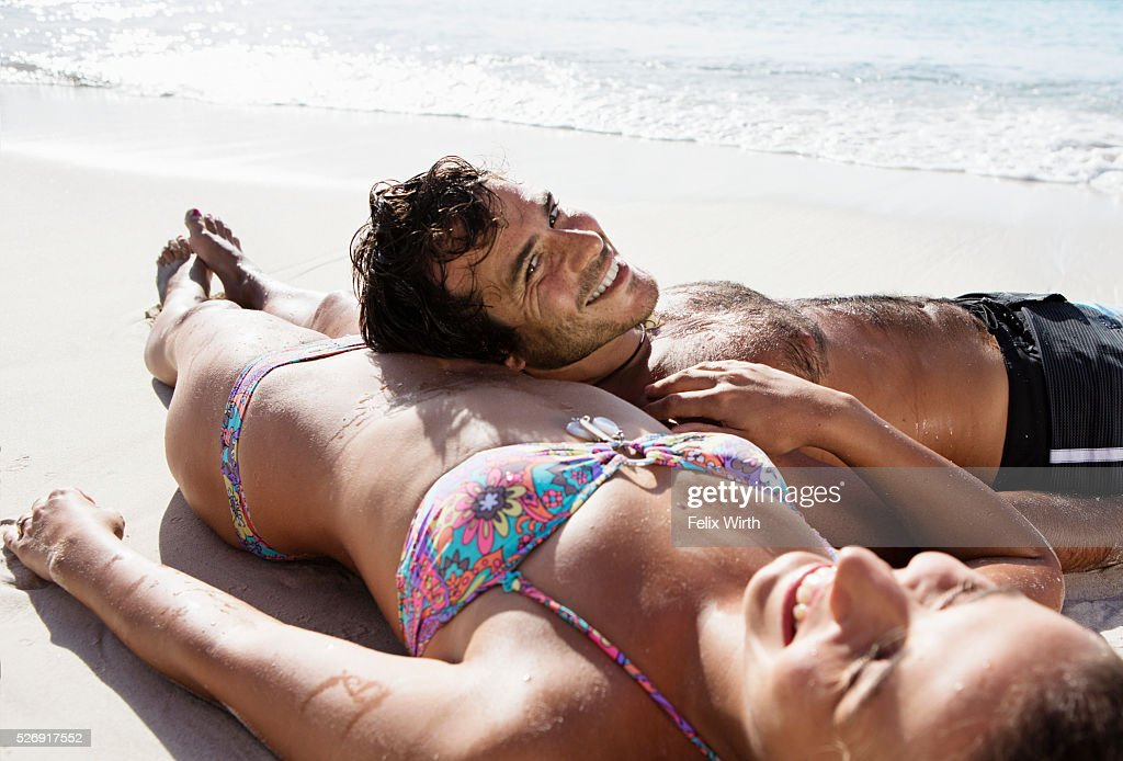 Couple lying on beach : Stockfoto