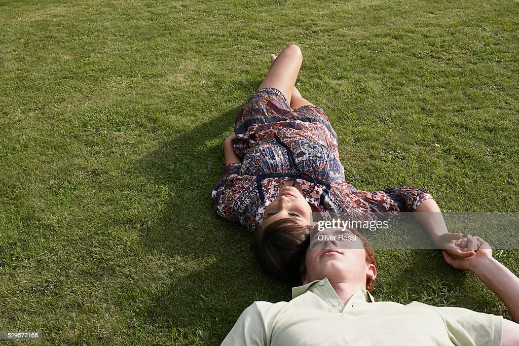 Couple Lying on the Grass : Stockfoto