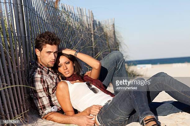 Couple dormir ensemble sur la plage
