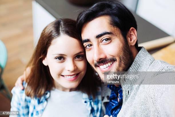 Couple faisant un selfie chez vous à Barcelone.