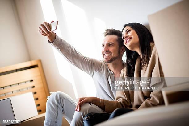 Paar machen eine selfie in new apartment