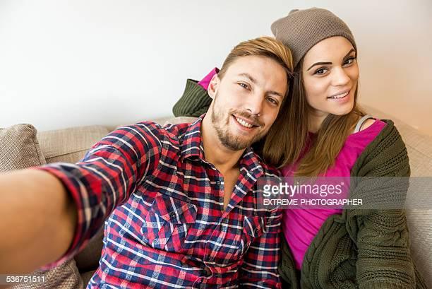 Paar machen eine selfie im Innenbereich