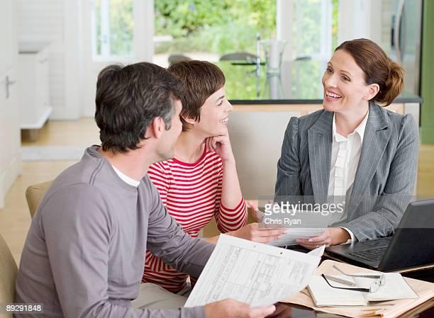 Paar Treffen mit Vermögensberatung im Esszimmer