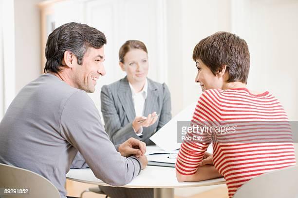 Couple avec agent immobilier réunion