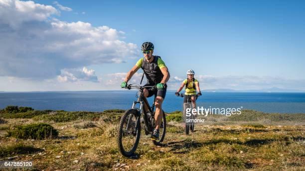 Couple, faire du vélo tout-terrain