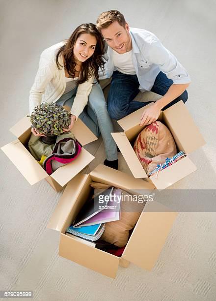 Couple se déplacer dans l'ensemble