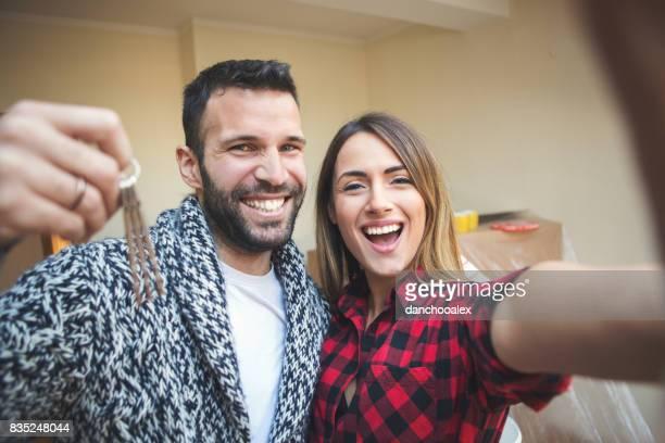 Couple d'emménager dans une nouvelle maison