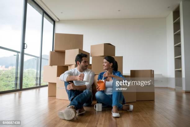 Paar bewegen, Essen beim Packen