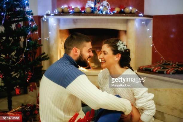 Paar in der Nähe von Kamin innen Weihnachten eingerichtetes Haus