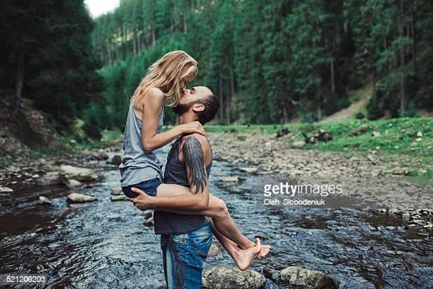 Couple près de la rivière