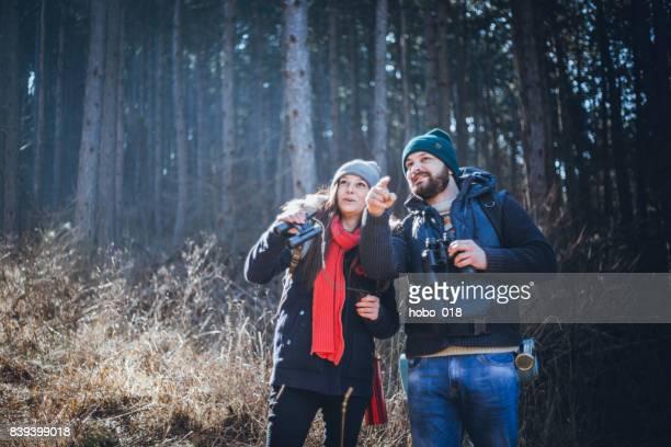 Couple de randonneurs randonnée dans les montagnes