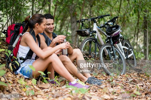 Couple of hikers drinking water : Stockfoto