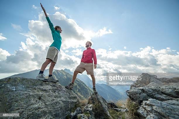 Paar Wanderer Sie die mountain top feiert