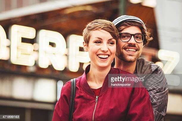 Paar von Bohemiens selbstverständlich am alexanderplatz