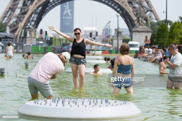 Couple of lovers enjoys cooling down in the water of the fountain of the Trocadero next to the Eiffel Tower on June 22 2017 in Paris France France is...