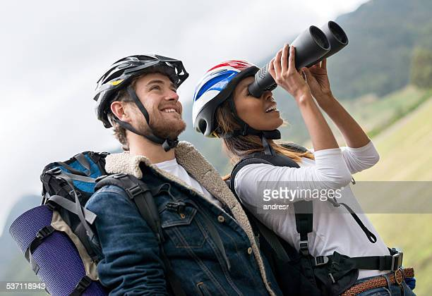Paar Menschen Wandern und Blick durch das Fernglas