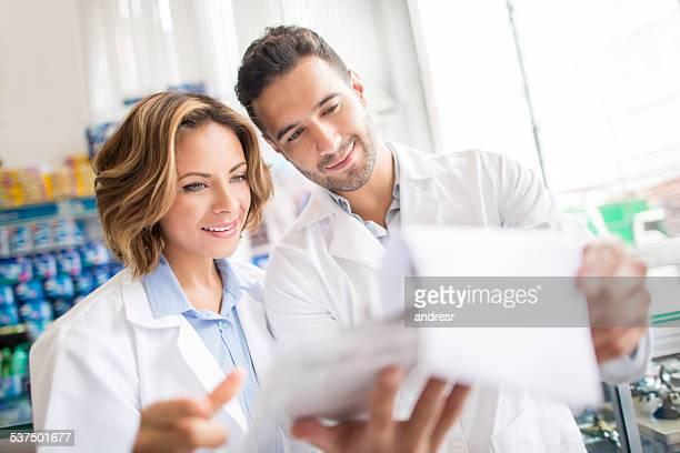Couple de pharmacists au drusgtore