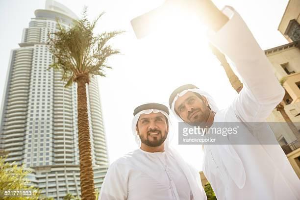 Coppia di sheikh amici facendo un selfie in città