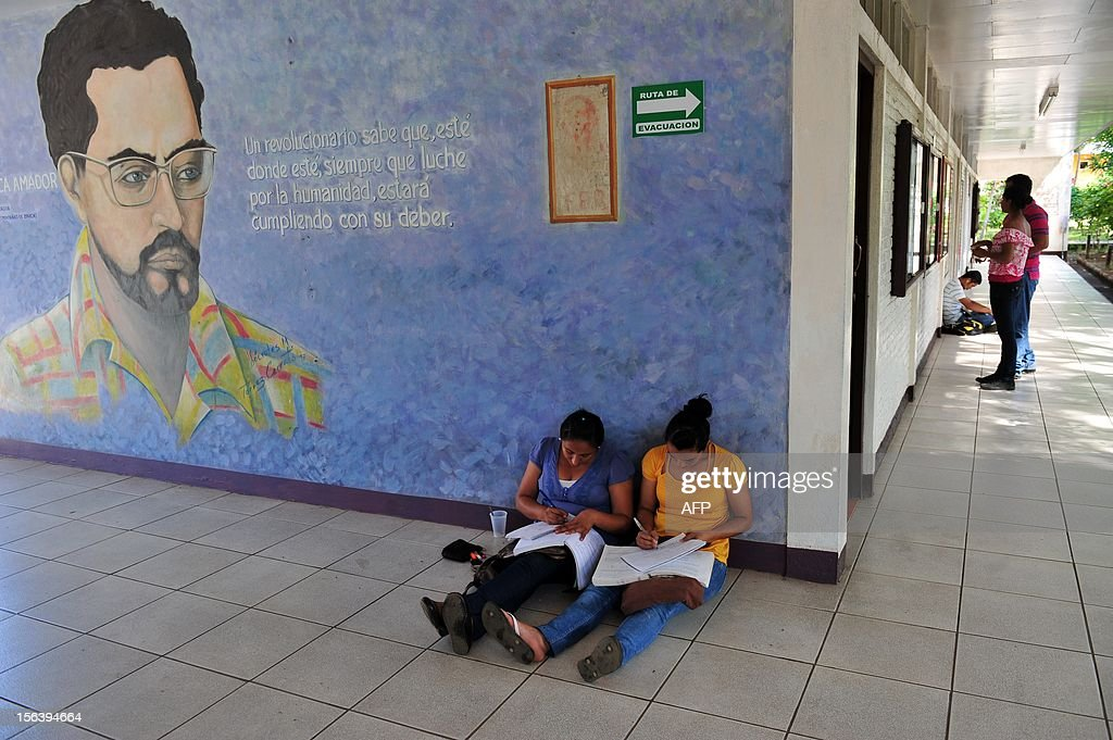A couple of students read their books at the National Autonomous University of Nicaragua (UNAN) in Managua on November 14, 2012. AFP PHOTO/Hector RETAMAL