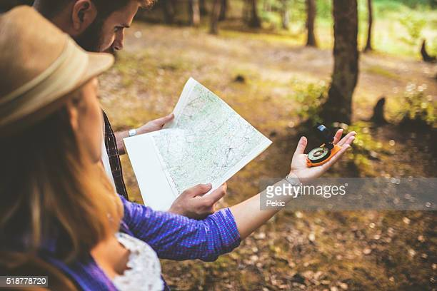Paar Touristen mit Kompass und Karte