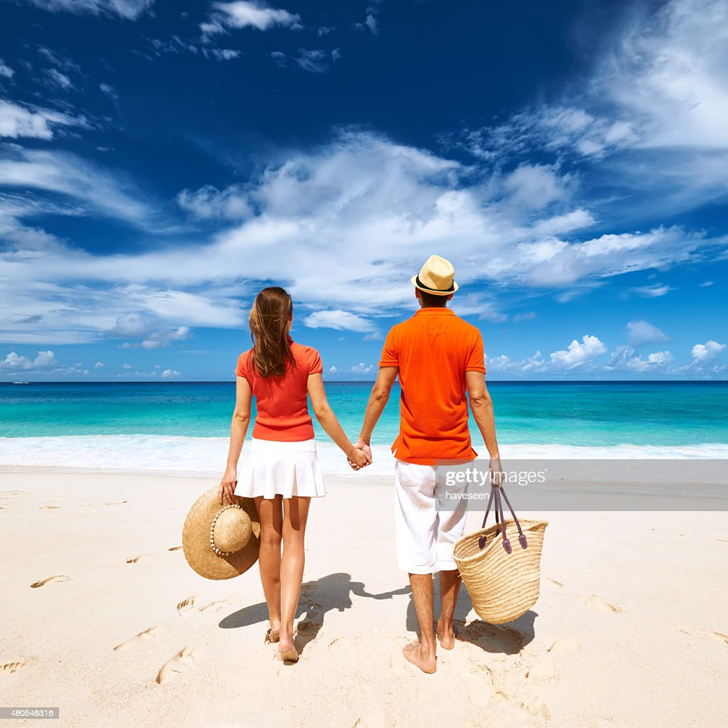 Pareja en una playa en Seychelles : Foto de stock