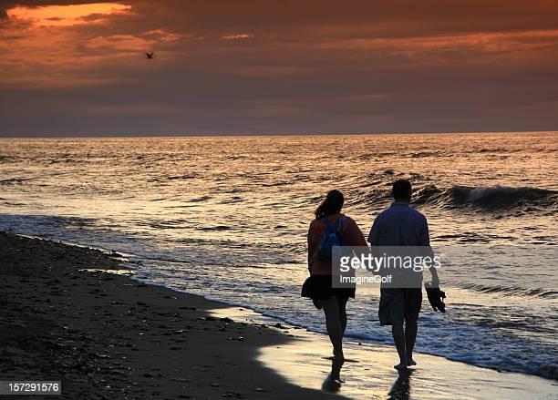 Paar auf einem romantischen Spaziergang zum Strand