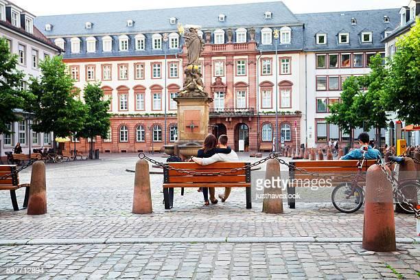Paar auf Bank im Platz Karlsplatz