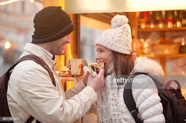 Pärchen auf dem Weihnachtsmarkt in Ljubljana Essen Crêpes
