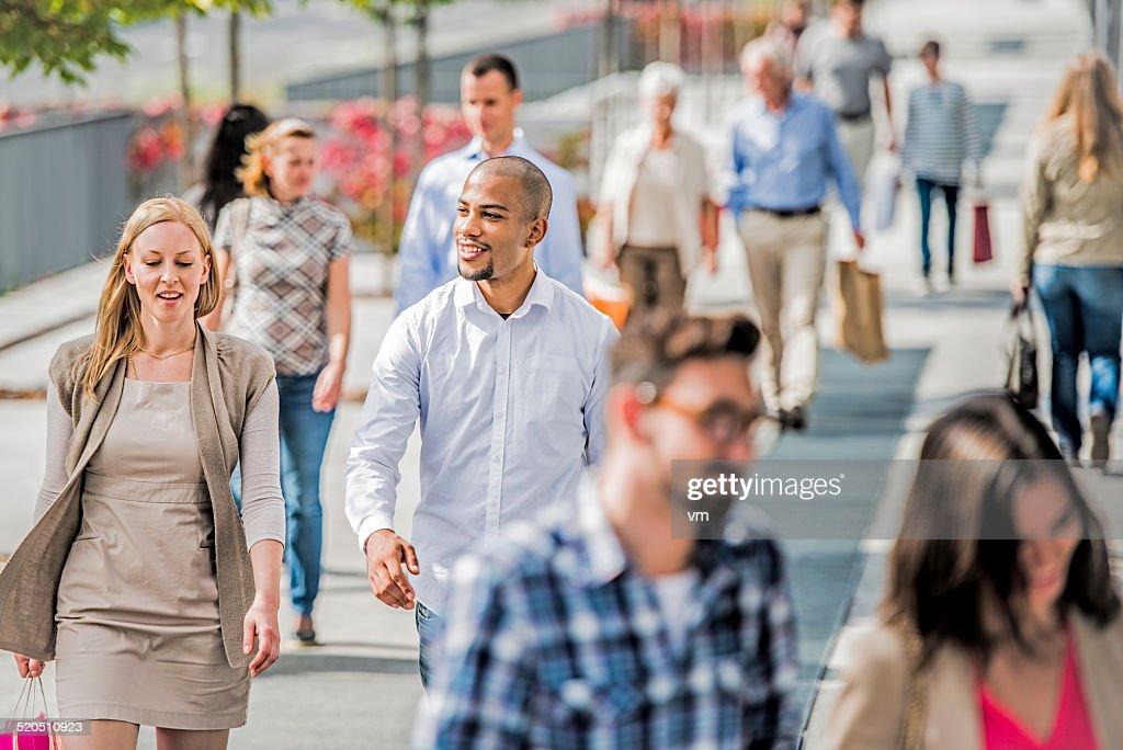 Paar auf überfüllten Stadt Straße nach shopping : Stock-Foto