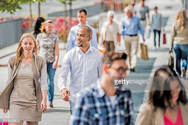 Paar auf überfüllten Stadt Straße nach shopping