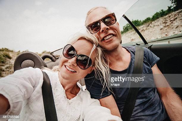 Couple en voiture cabriolet voiture à travers l'europe