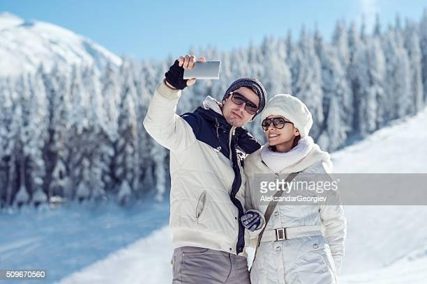 Couple sur la balade romantique sur la neige Comment prenant une autophoto