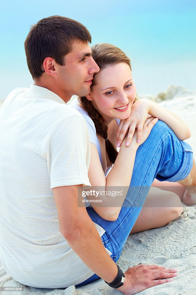 Couple sur une plage de sable : Photo