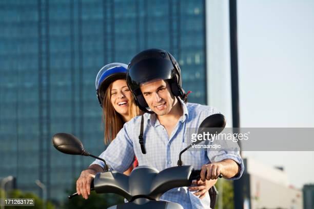 Casal em scooter