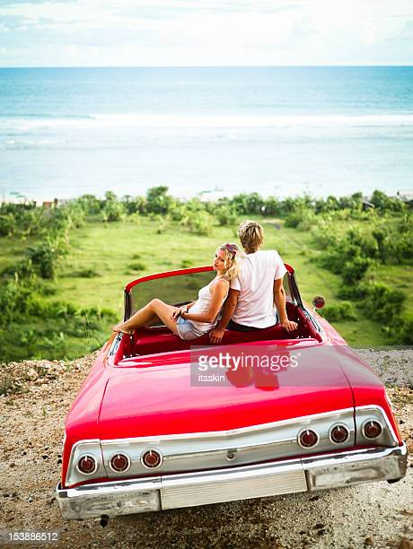 崖の上に座ってカップルの車